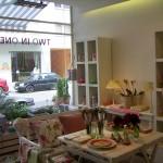 Der wirtschaftliche Betrieb eines Blumenladens wurde durch das Angebot von Wohnaccessoires und Café sichergestellt.